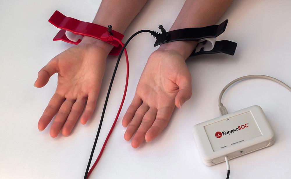 Надеваем электроды-прищепки на руки.